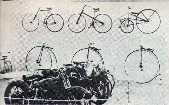 Među drumskim vozilima u tehničkom muzeju našli su svoje mesto i prethodnici današnjih bicikala. Visoki točak, prvo prevozno sredstvo kompnom, spada među najstarije primerke.