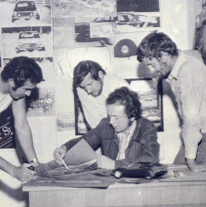 Članovi naše redakcije posmatraju. Najviše nas je interesovao BMW Turbo koji je za ovogodišnji Frankfurtski salon dobio dve boje koje sijaju i prelivaju se i nazad zatvorene točkove.