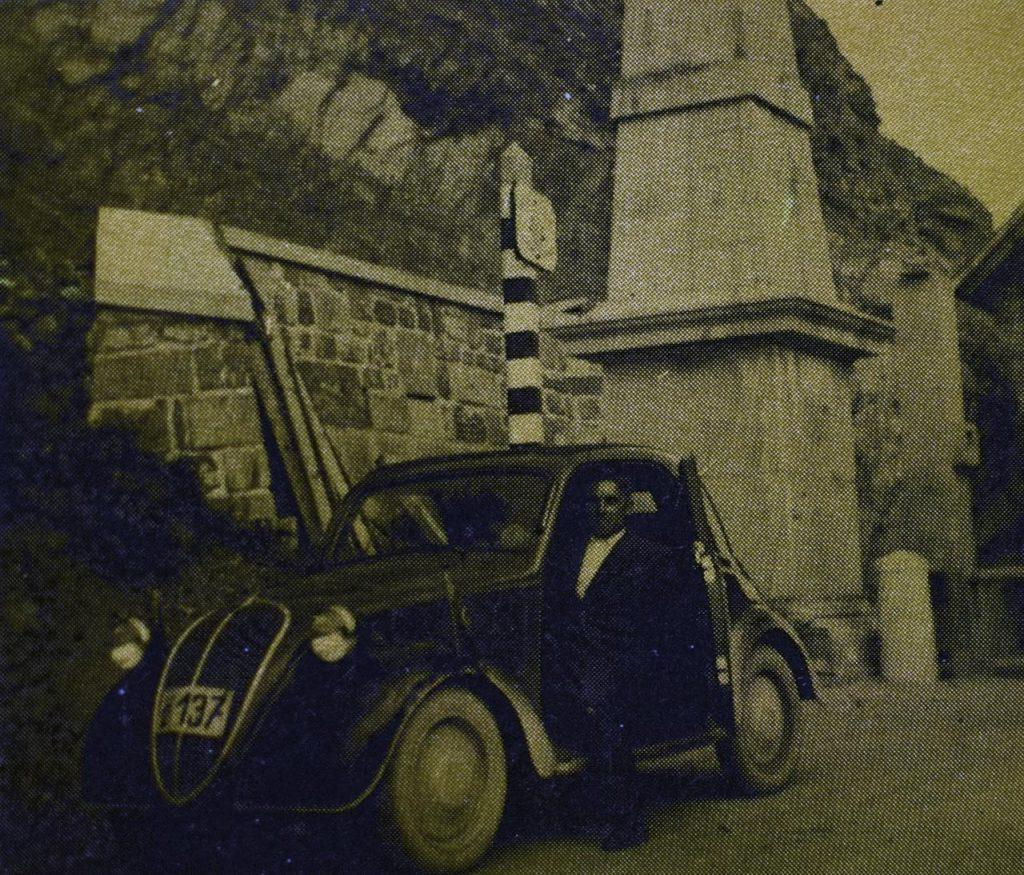 """""""Topolino"""" na vrhu starog ljubeljskog prelaza na jugoslovensko-austrijskoj granici. Dovoljno tvrdoglav da bi uspeo."""