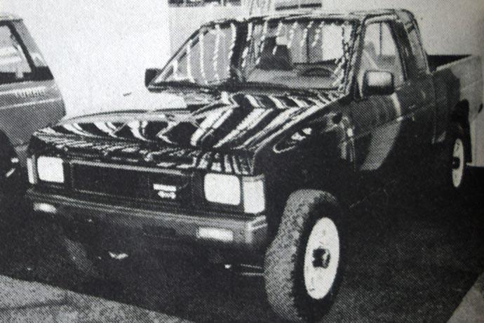 Nissan pik-ap 4x4 je najnovija kombinacija poluteretnog i terenskog vozila koje je na raspolaganju sa benzinskim motorom od 2,4 litra (101 KS) ili sa dizel-motorom od 2,5 litara (72KS). U poređenju s prethodnim modelom sada je prostor za putnike veći.