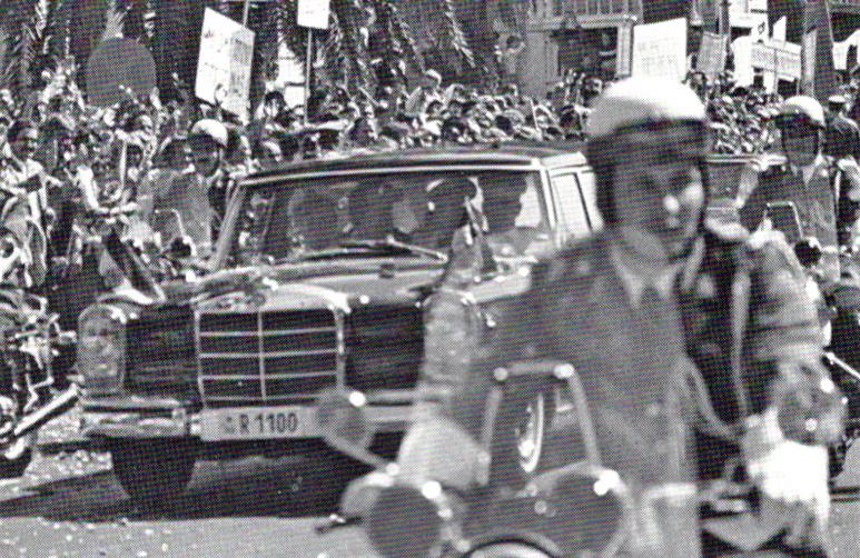Broz u Splitu po povratku iz Kine septembra 1977. godine, u Mercedes-Benzu 600 Pullman Landauletu long top, broj šasije 001854. U počasnoj pratnji su motocikli BMW R 75/6
