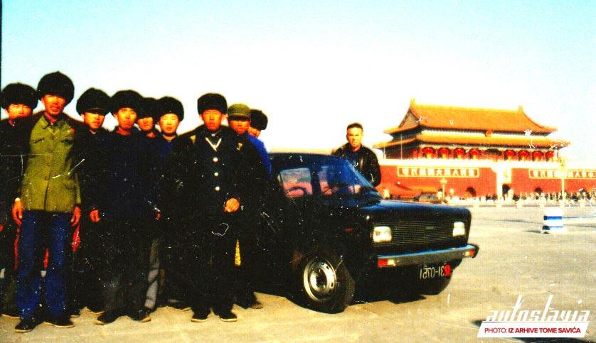 Instruktor Zastave sa kursistima na Tjenanmen trgu, Kina