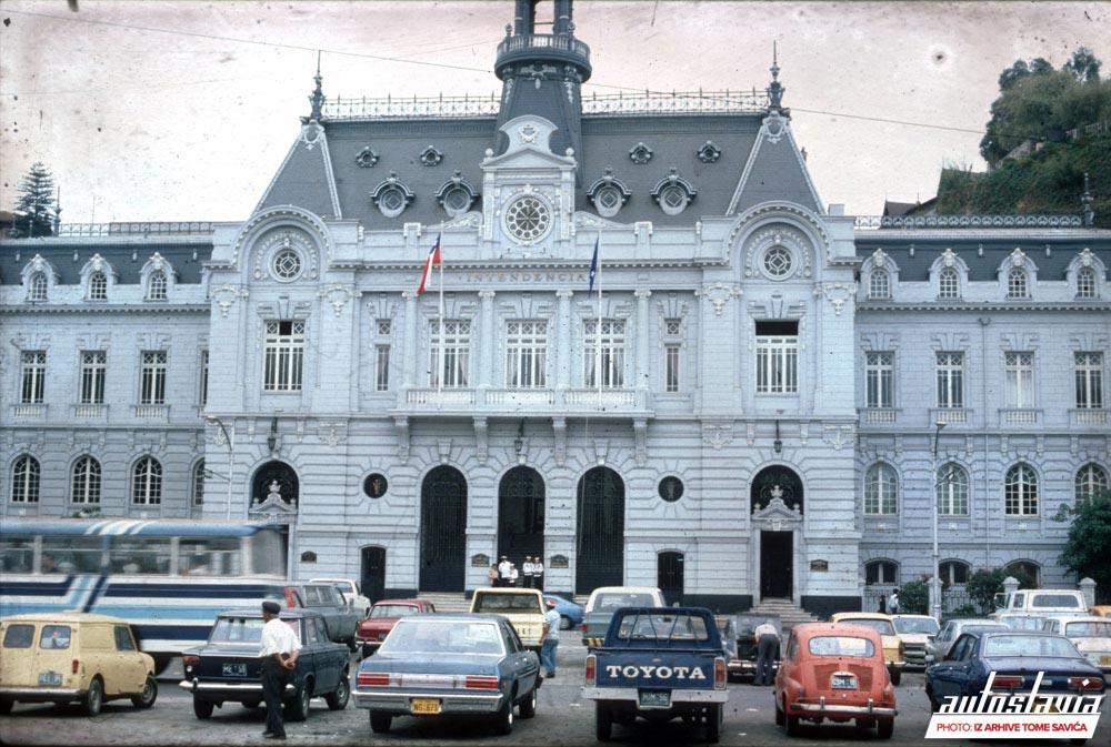 Zastava automobili ispred predsedničke palate u Kitou, Ekvador